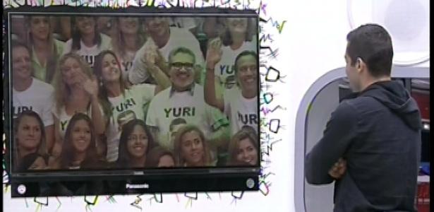 05.fev.2013 - Yuri vê seus familiares durante o quarto paredão do