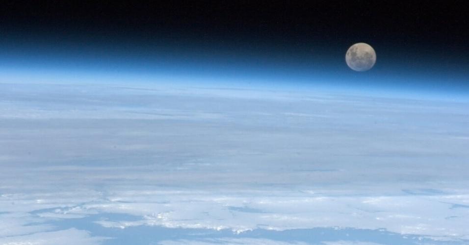 5.fev.2013 - A Terra aparece como coadjuvante diante de uma Lua cheia fotografada em 25 de janeiro pelo astronauta canadense Chris Hadfield, que está na Estação Espacial Internacional