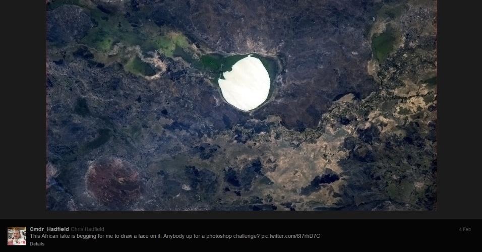 """5.fev.2013 - Chris Hadfield, da Agência Espacial Canadense, é um dos seis homens a bordo da Estação Espacial Internacional (ISS, na sigla em inglês) atualmente. O astronauta ganhou milhares de fãs no Twitter (em fevereiro, passou da marca dos 316 mil seguidores) e no Facebook (a página tem quase 20 mil """"curtidas"""") em boa parte pela sua visão privilegiada do planeta Terra. Além de postar imagens impressionantes do planeta, Hadfield propõe pequenos desafios fotográficos, como o desta imagem, em que ele pede para as pessoas mostrarem o que elas visualizam no perímetro de um lago na África"""