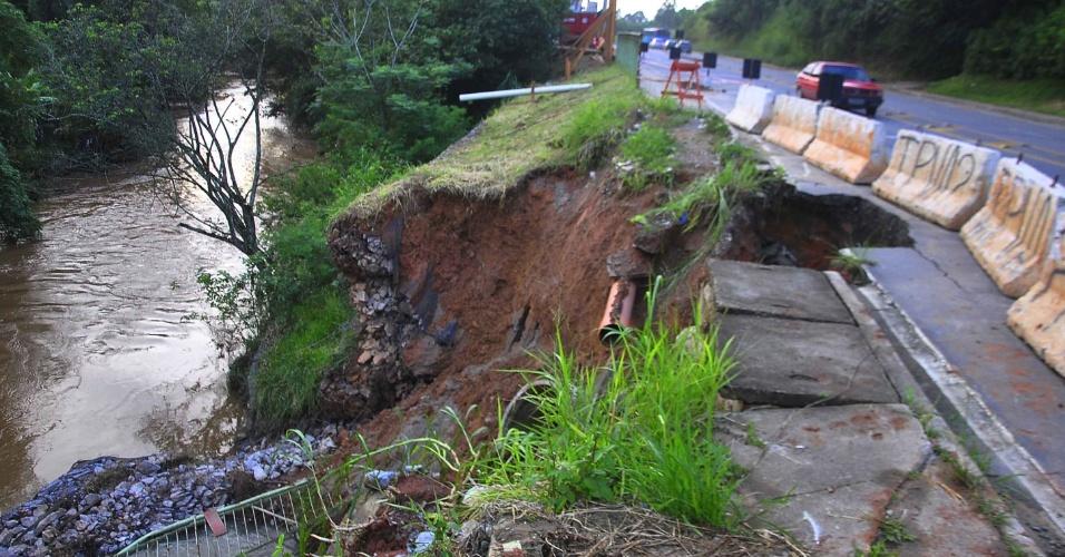 5.fev.2013 - Cratera se abre em trecho da rodovia Monteiro Lobato (SP-50), na altura do bairro Buquirinha, em São José dos Campos (SP), por causa das chuvas que caíram nos últimos dias