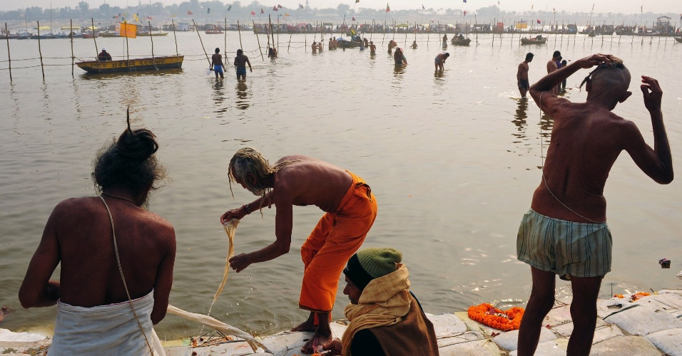 5.fev.2013 - Devotos do hinduísmo participam do festival Maha Kumbh Mela, em Allahabad, na Índia. Com duração de 55 dias, o principal festival do hinduísmo é celebrado a cada 12 anos. No evento, devotos se reúnem para se banhar no Sangam, local de encontro dos rios sagrados Ganges, Yamuna e Saraswati, para se purificarem