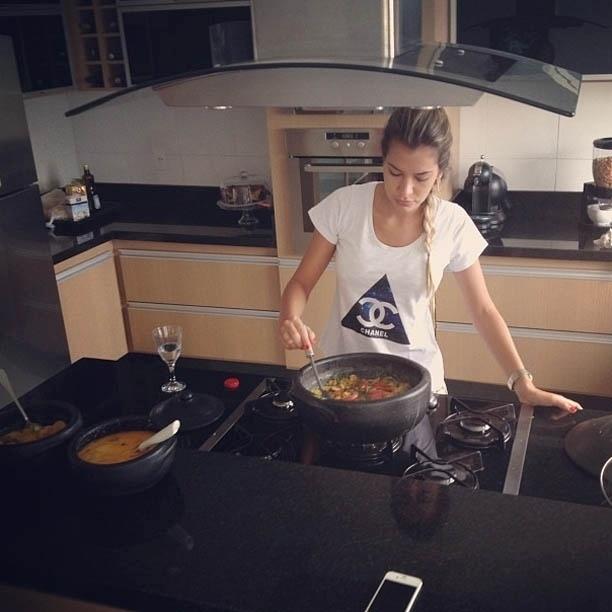 5.fev.2013 - Ex-BBB Adriana prepara moqueca capixaba