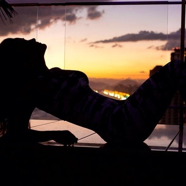 5.fev.2013 - Ex-BBB Laisa aparece em pose sensual