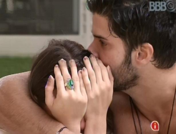 5.fev.2013 - Kamilla chora com medo que Marcello saia no paredão e o brother a abraça