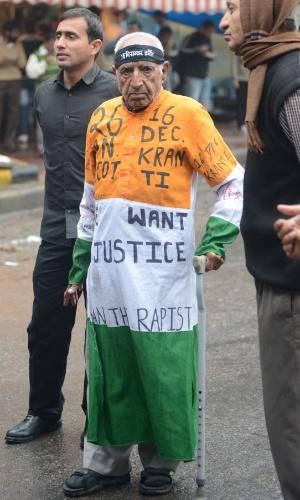 5.fev.2013 - Manifestante idoso vestido com as cores da bandeira indiana participa de um protesto contra o estupro e assassinato de uma estudante, em dezembro passado, em Nova Déli, na Índia, nesta terça-feira (5)