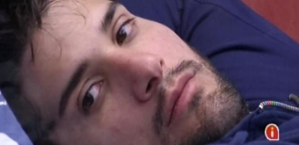 5.fev.2013 - Marcello acorda depois de tirar uma soneca e fica pensativo na cama