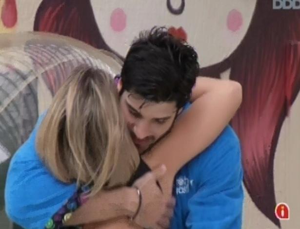 5.fev.2013 - Marcello e Fani, emparedados, se abraçam do lado de fora da casa e dizem que estão se sentindo tranquilos