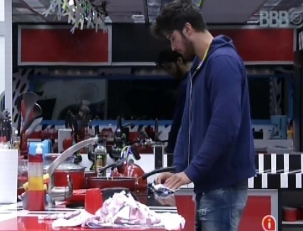 5.fev.2013 - Marcello, único acordado no início desta tarde, limpa a bancada da cozinha