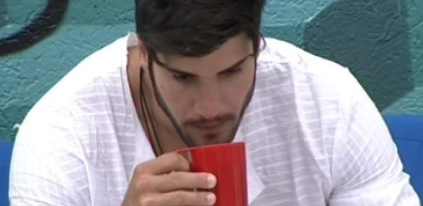 5.fev.2013 - Marcello, único acordado no início desta tarde, toma café sozinho do lado de fora da casa
