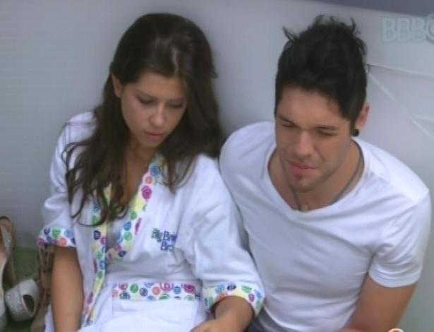 5.fev.2013 - Nasser e Andressa sentam na chão para esperar os outros brothers irem ao banheiro