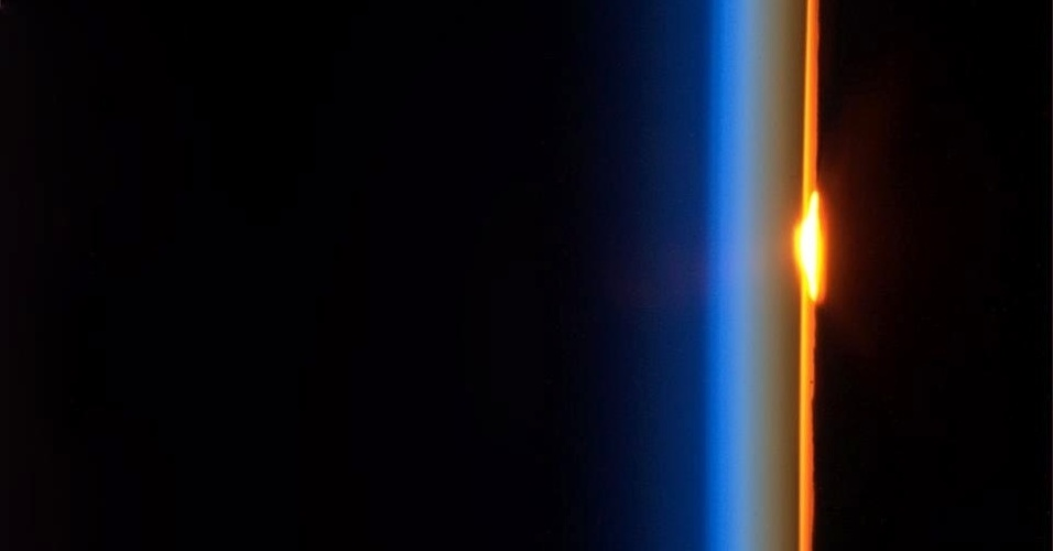 """5.fev.2013 - No dia 21 de janeiro, o astronauta canadense Chris Hadfield, que está a bordo da Estação Espacial Internacional (ISS, na sigla em inglês), explicou aos seus seguidores no Twitter que """"a atmosfera [da Terra] atua como uma lente, distorcendo os raios do Sol assim que cruzam o horizonte"""""""