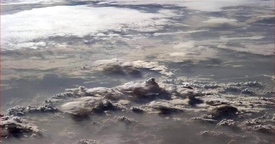 """5.fev.2013 - O emaranhado de nuvens sobre a África tirou """"o fôlego"""" do astronauta Chris Hadfield, da Agência Espacial Canadense. Ele fez a fotografia no dia 2 de fevereiro a bordo da Estação Espacial Internacional (ISS)"""