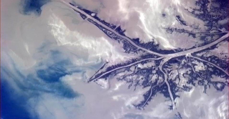 """5.fev.2013 - """"O solo do coração da América formando um vasto e profundo delta"""", comentou o astronauta Chris Hadfield sobre a invasão do rio do Mississipi nas águas do Golfo do México, nos Estados Unidos"""