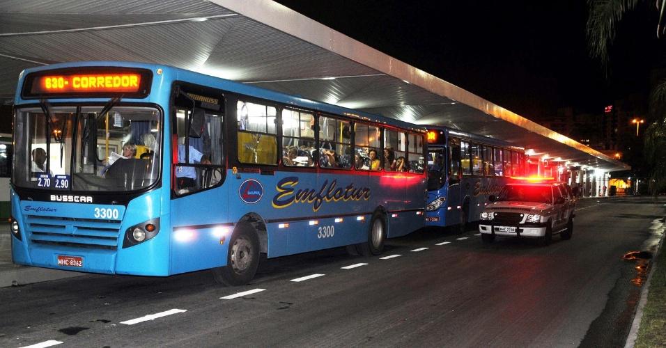 5.fev.2013 - Ônibus são escoltados por guardas municipais após ataques a veículos no bairro Saco dos Limões, em Florianópolis (SC). Em seis dias, mais de 50 ônibus foram atacados no Estado
