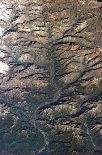 """5.fev.2013 - Os """"tentáculos"""" de um rio drenam a água de degelo na região dos Andes nesta imagem publicada pelo canadense Chris Hadfield a bordo da Estação Espacial Internacional (ISS, na sigla em inglês)"""