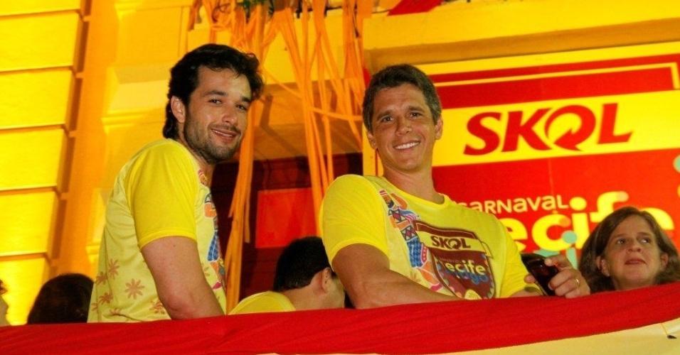 5.fev.2013 - Sérgio Marone e Márcio Garcia sorriem para os fotógrafos na sacada do camarote da Skol, em Recife