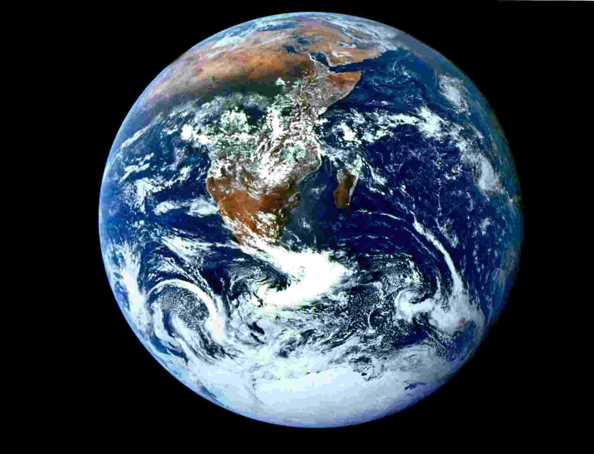 5.fev.2013 - Uma das imagens mais famosas do mundo é um retrato do nosso próprio planeta. Batizada de bola de gude, a icônica foto da Terra foi feita pelo trio da Apollo 17 - Eugene A. Cernan, Ronald E. Evans e Harrison H. Schmidt - a caminho da Lua, em 6 de dezembro de 1972. Essa foi a primeira vez que uma missão Apollo conseguiu registrar a calota polar, pois, naquele ano, a Nasa (Agência Espacial Norte-Americana) alterou a trajetória da espaçonave - Nasa/AFP
