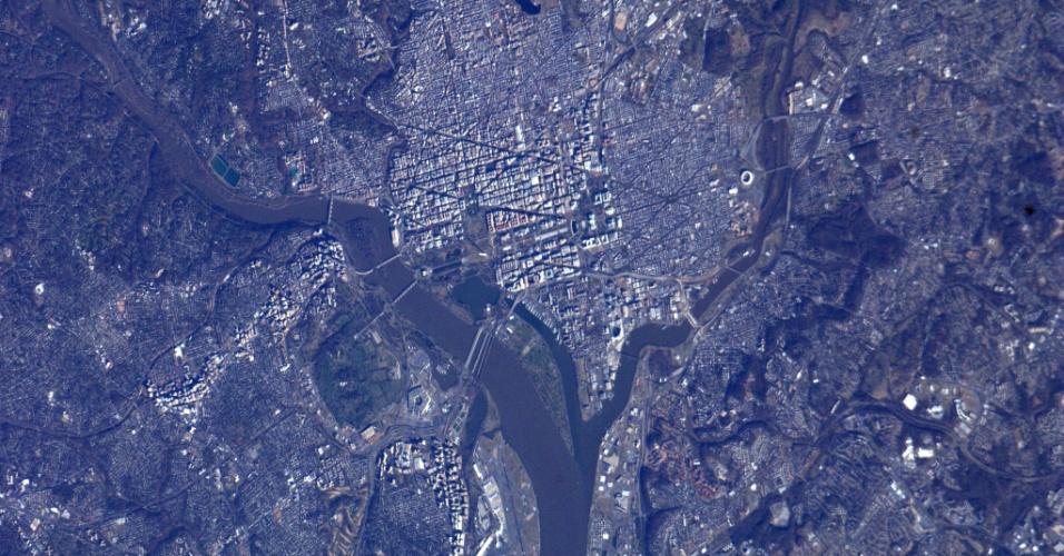 5.fev.2013 - Washington foi fotografada do espaço pela Nasa (Agência Espacial Norte-Americana) no dia 20 de janeiro, véspera da posse do presidente norte-americano, Barack Obama. No centro da imagem, é possível ver pontos turísticos da capital dos Estados Unidos, como o rio Potomac (à esquerda), o parque National Mall (centro) que se estica até o Capitólio