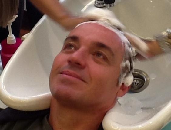 5.fev.2013 O apresentador Gugu Liberato aproveita lavagem dos cabelos em salão de beleza