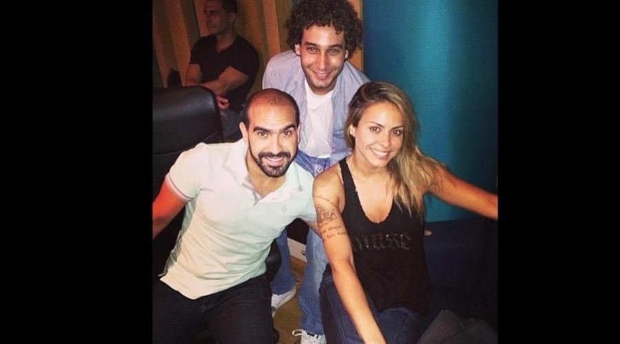 """5.jan.2013 - Alinne Rosa divulgou uma imagem onde aparece ao lado do ex-namorado, o ator Rafael Almeida. Eles estiveram em um estúdio. """"Gravando o 'Xote da Alinne'"""", escreveu a cantora"""