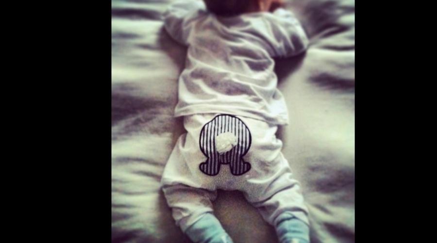 5.jan.2013 - Fernanda Tavares exibiu uma imagem do filho, Artur, de três meses. A modelo é casada com o ator Murilo Rosa