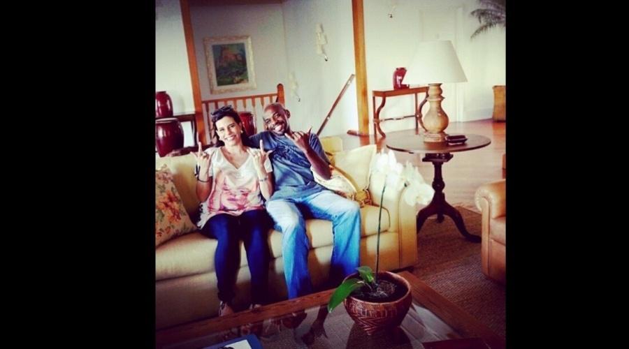 "5.jan.2013 - Narcisa Tamboridenguy se encontrou com o gari Renato Sorriso, figura famosa do Carnaval do Rio. ""Eu e o gari Sorriso somos o sorriso do Rio"", escreveu a socialite"