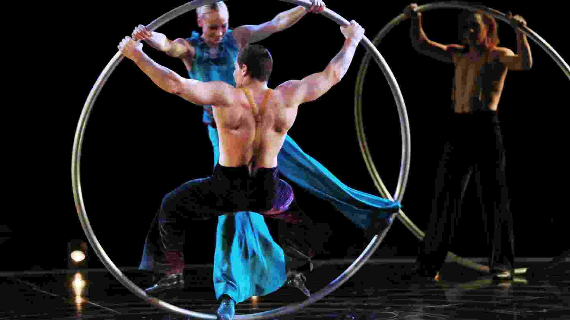 """Em """"Cyr Wheels"""", acrobacias com círculos de ferro representam o ciclo da vida ininterrupto - MRossi/Divulgação Time for Fun"""
