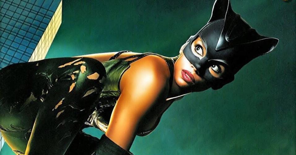 """""""Mulher-Gato"""" (2004), de Pitof: Depois da genial Mulher-Gato de Michelle Pfeiffer, apostaram num filme solo da personagem, mudando sua origem e identidade. Resultado: fracasso de crítica e público, mico da Halle Berry num uniforme rasgado e quatro Framboesas de Ouro"""