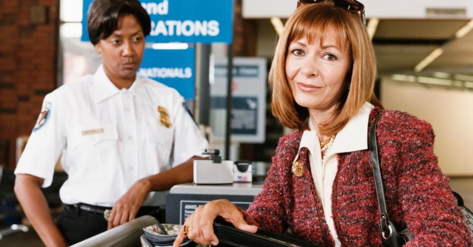Mulher passa por alfândega de aeroporto, Receita Federal, bagagem