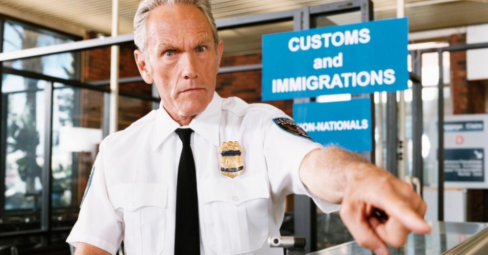 Oficial de Imigração e Alfândega no aeroporto