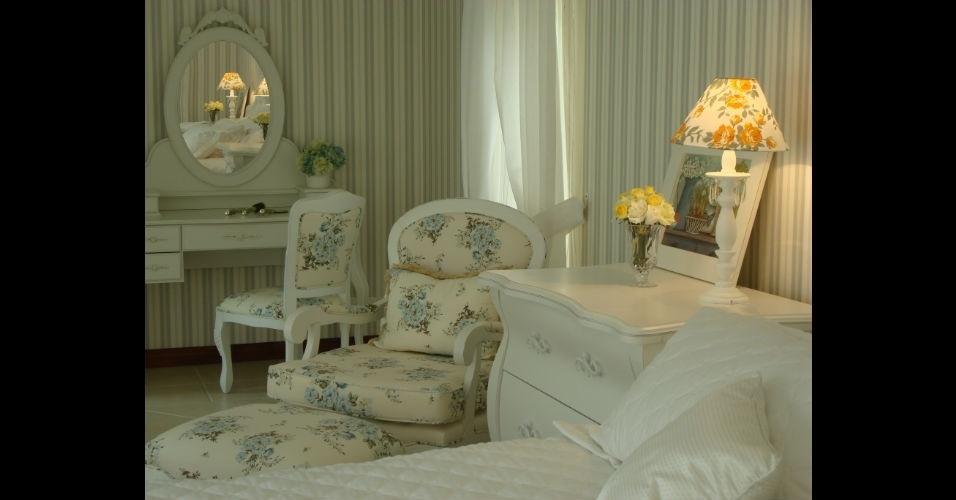 Poltrona, almofadas e a cadeira da penteadeira foram revestidas com o mesmo tecido floral, para combinar com os móveis de inspiração provençal deste quarto projetado pela arquiteta Silvia Costa Barros