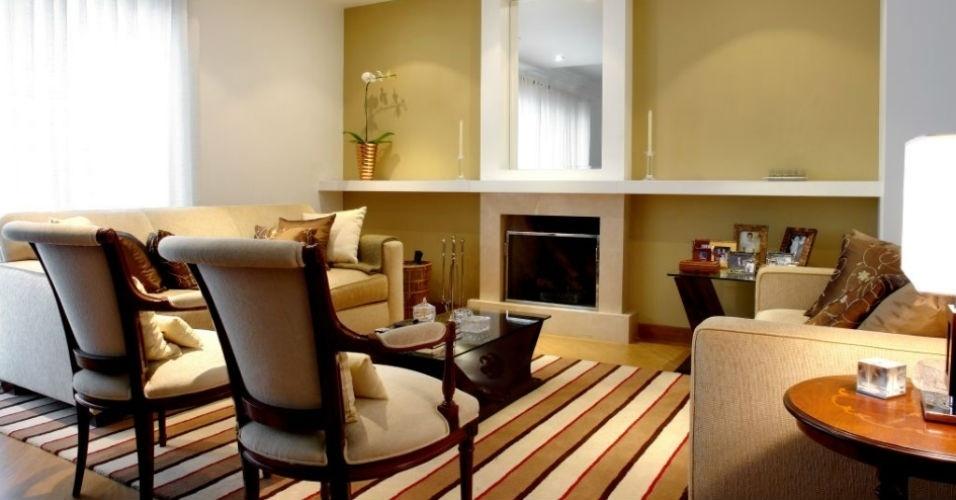 O tapete de náilon listrado é o destaque desta sala de estar projetada por Cristiane Schiavoni