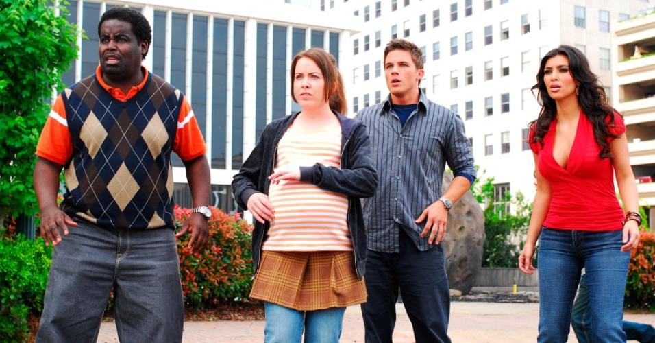 """""""Super-Heróis - A Liga da Injustiça"""" (2008), de Jason Friedberg, Aaron Seltzer: A dupla de diretores é especializada em paródias de grandes produções, como """"Os Espartalhões"""", mas este aqui passou dos limites. Concorreu a seis Framboesas de Ouro, inclusive pior atriz coadjuvante para a socialite Kim Kardashian"""