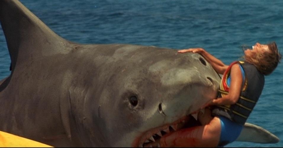 """""""Tubarão: A Vingança"""" (1987), de Joseph Sargent: A terceira sequência do clássico de Steven Spielberg mostra um tubarão que quer se vingar de uma família, uma trama tão esdrúxula que deu ao filme a média 0% (zero) no Rotten Tomatoes, site que relaciona críticas"""
