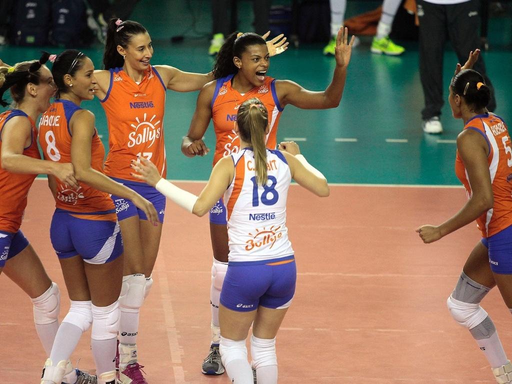 05.fez.2013 - Jogadoras do Sollys/Nestlé comemoram um ponto na vitória sobre o Sesi pela Superliga feminina