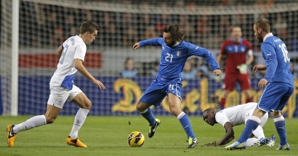 06.fev.2013 - Andrea Pirlo (centro), da Itália, tenta a jogada no amistoso diante da Holanda, em Amsterdã