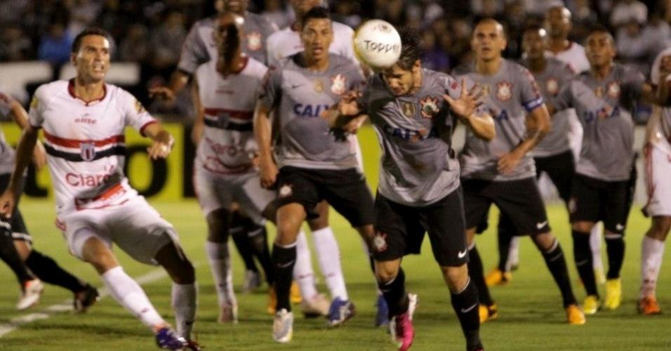 06.fev.2013 - Atacante Alexandre Pato, do Corinthians, tenta jogada durante a partida contra o Botafogo-SP, pela sexta rodada do Campeonato Paulista