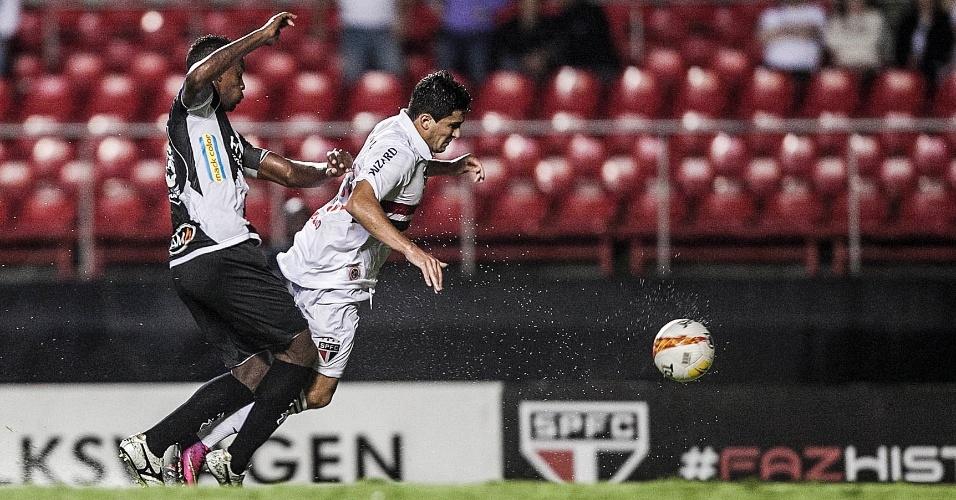 06.fev.2013 - Atacante Aloísio é derrubado pela marcação durante a partida contra a Ponte Preta, válida pela sexta rodada do Campeonato Paulista