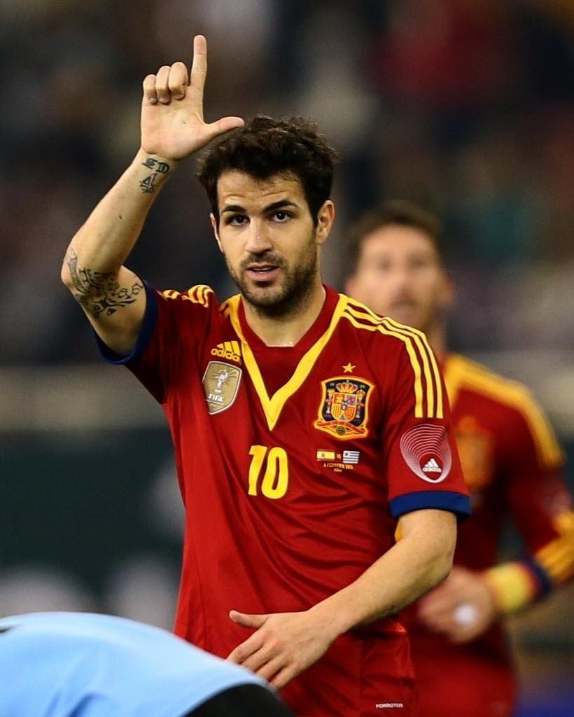 06.fev.2013 - Cesc Fábregas comemora depois de marcar o gol para a Espanha no amistoso contra o Uruguai em Doha (Qatar); espanhóis venceram por 3 a 1