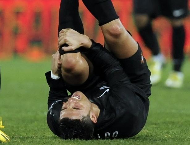 06.fev.2013 - Cristiano Ronaldo, astro da seleção portuguesa, cai no gramado durante amistoso contra o Equador, nesta quarta-feira