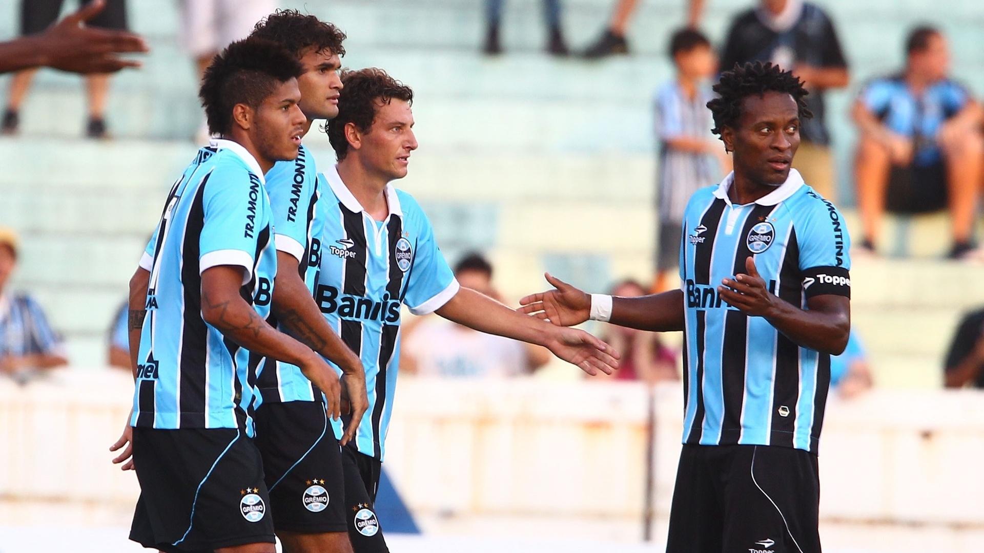 06.fev.2013 - Elano (centro) comemora após marcar pelo Grêmio na partida contra o São José, pelo Campeonato Gaúcho