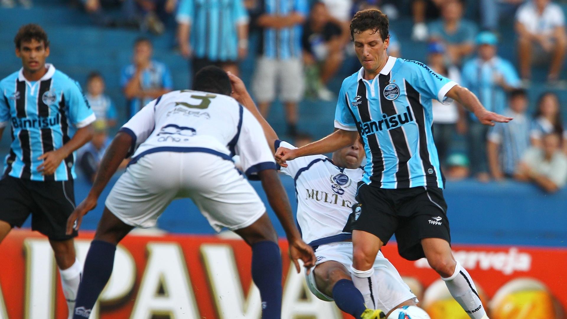 06.fev.2013 - Elano tenta a jogada na partida do Grêmio contra o São José, pelo Gauchão
