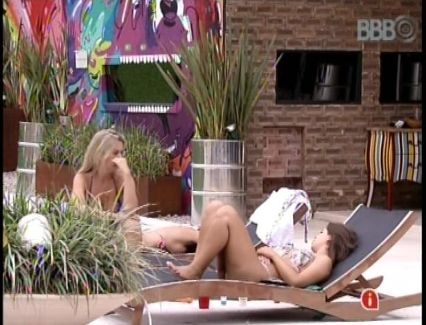 06.fev.2013 - Fernanda e Andressa tomam sol e conversam sobre o poder feminino dentro da casa