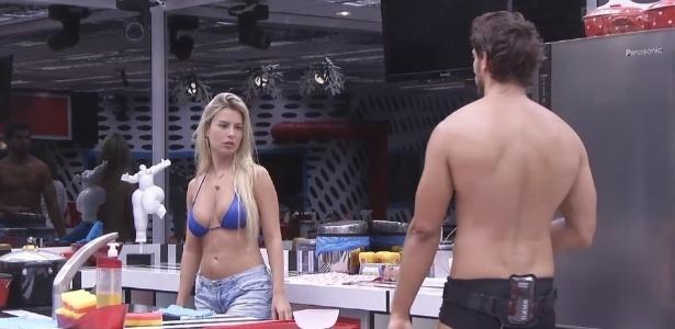 06.fev.2013 - Fernanda e Eliéser conversam na cozinha após o almoço