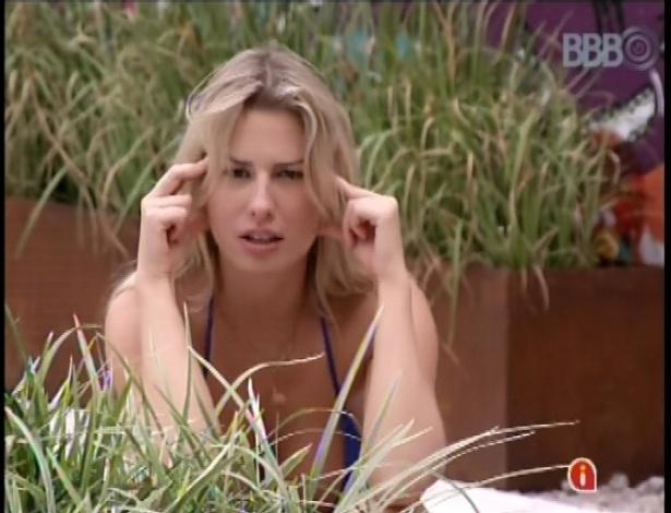 06.fev.2013 - Fernanda faz pose e diz que está pensando em algo mais elaborado