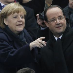 Hollande (d) deve nomear novo premiê. Enquanto isso, Alemanha, de Merkel (e), nada de braçadas - Francois Mori/AP Photo