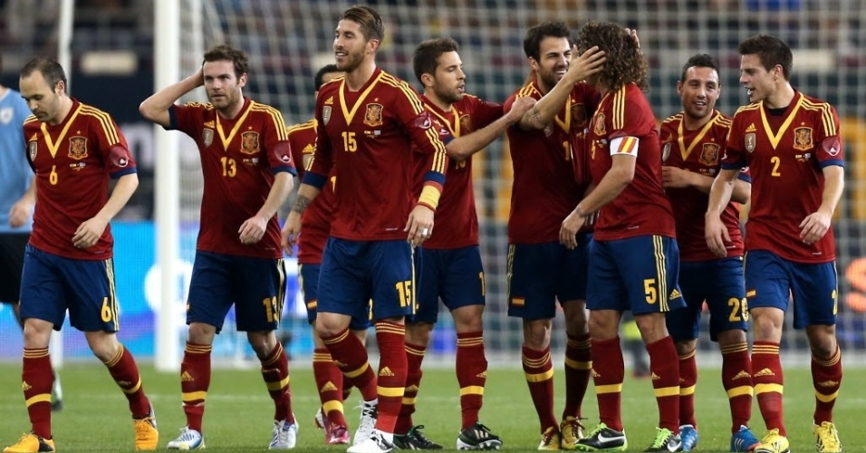 06.fev.2013 - Jogadores da Espanha comemoram gol marcado por Fábregas durante amistoso contra o Uruguai, nesta quarta-feira, no Catar