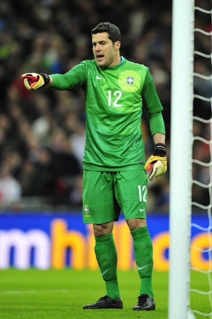 06.fev.2013 - Julio Cesar gesticula durante partida da seleção brasileira contra a Inglaterra
