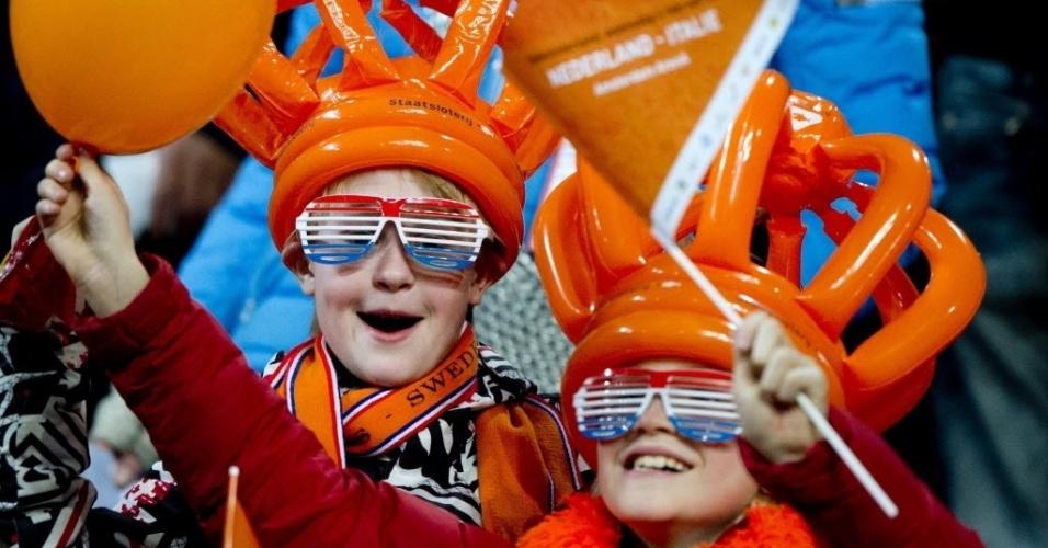 06.fev.2013 - Pequenos torcedores da Holanda fazem festa antes do amistoso contra a Itália, em Amsterdã