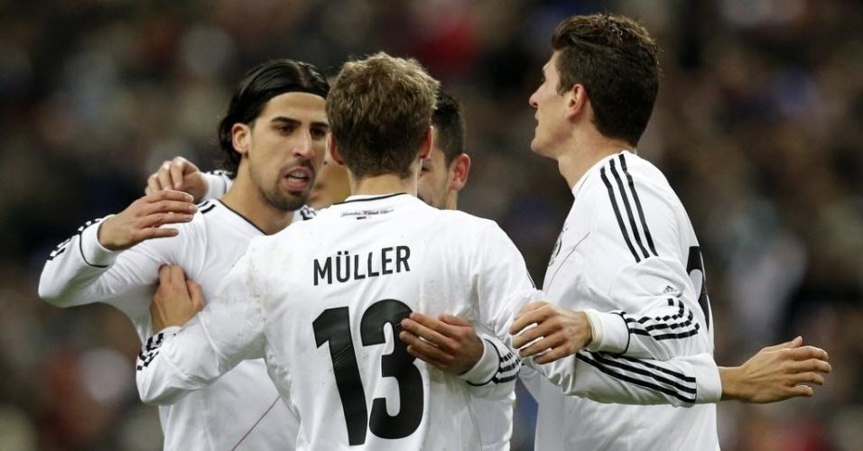 06.fev.2013 - Thomas Mueller comemora com os companheiros após marcar o gol para a Alemanha no amistoso contra a França